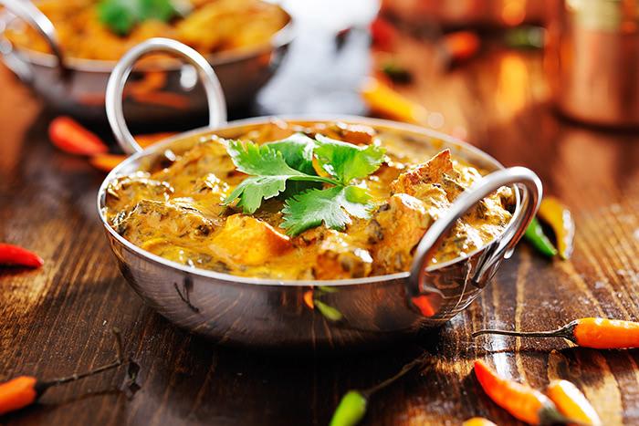 Indisches Curry mit Chilis in einer Schale