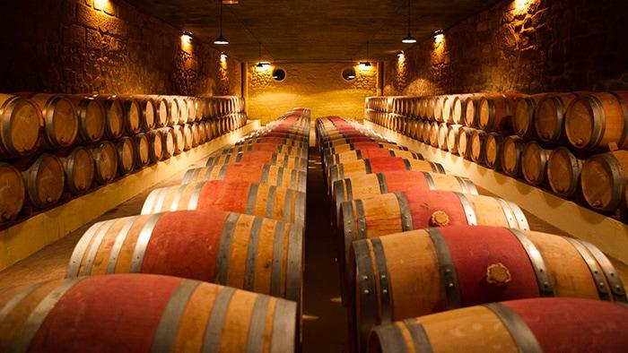 Barriquefässer in einem Weinkeller