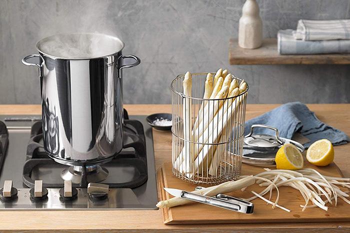 WMF Spargeltopf mit kochendem Wasser und weißen Spargelstangen in einer modernen Küche
